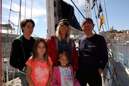 """Géraldine Danon, Philippe Poupon et leurs trois enfants en escale à Marseille, lors de """"L' odyssée d'Ulysse"""" en Méditerrannée"""