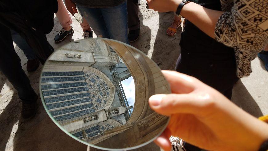 Avec le miroir légèrement grossissant, on découvre des détails de la cathédrale sous un autre angle.