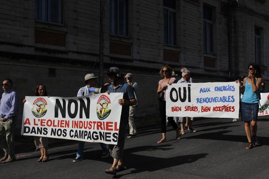 Plusieurs pancartes ont été amenées par les manifestants