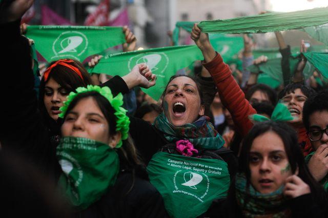 Des dizaines de milliers de femmes défilent pour le droit à l'avortement.