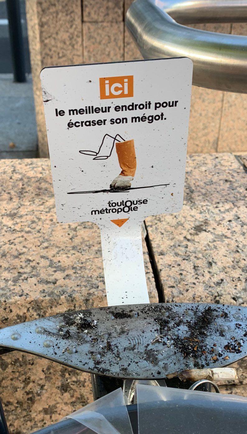 300 affichettes de ce genre sont installées dans les rues de Toulouse près des corbeilles dédiées aux cigarettes