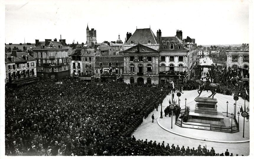 La place du Martroi en septembre 1944 lors de la visite du général de Gaulle (archives municipales Orléans)