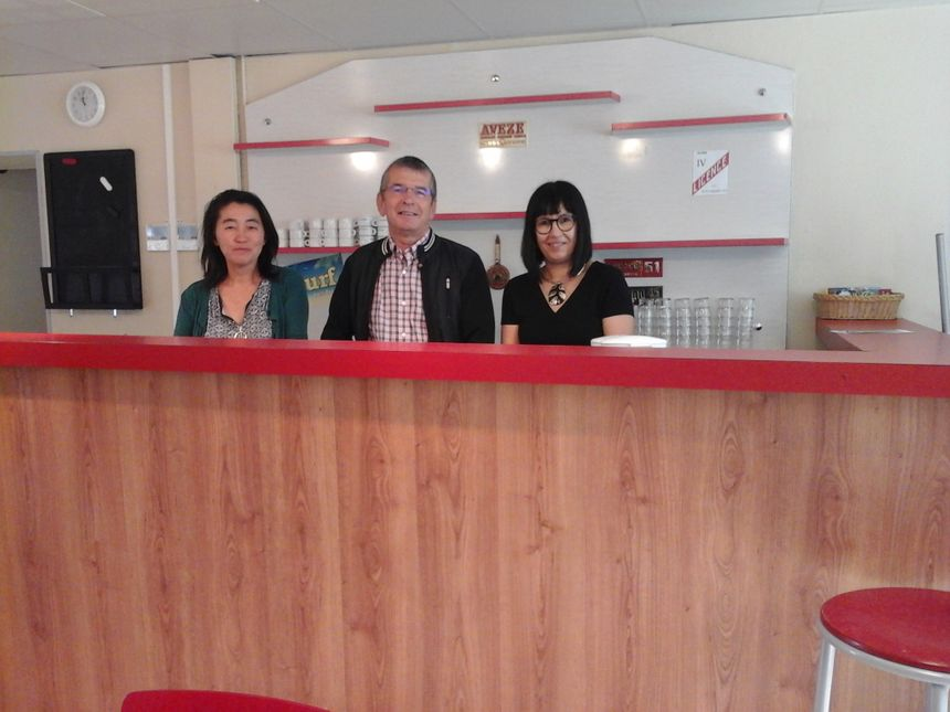 """Yoko, Alain et Gabriella au bar de La Clairière de Chaux, une idée made in La Vieille-Loye pour un """"vivre ensemble"""" qui n'en portait pas encore le nom !"""