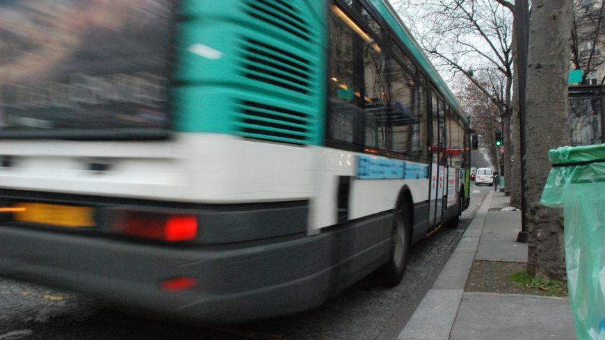 La rencontre a eu lieu dans le bus 46 à Paris.
