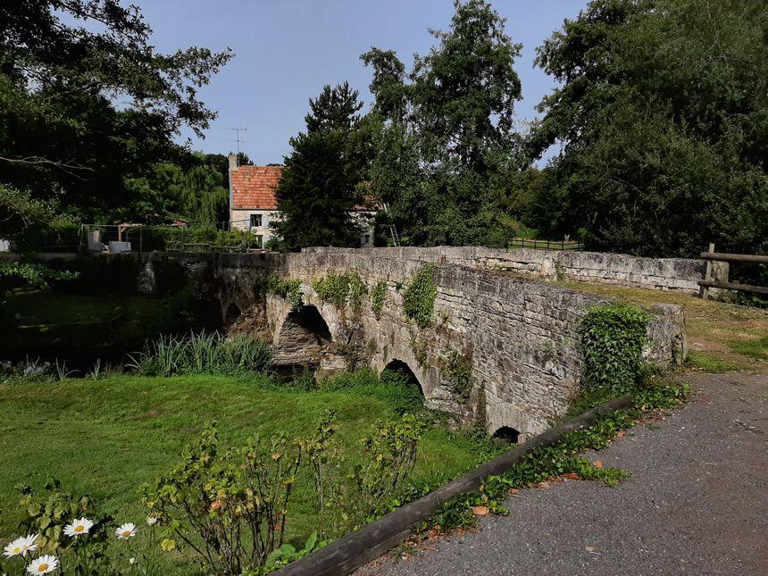 L'ancienne maison du docteur Yves Godard en août 2019. Un petit pont devance la demeure.