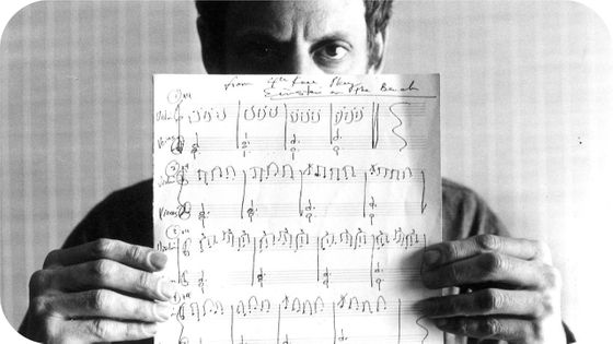 "Philip Glass tenant la partition d' ""Einstein on the beach"""