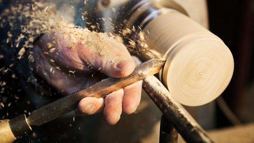 Les ébénistes font partie des métiers visés par cette formation artisans d'arts.