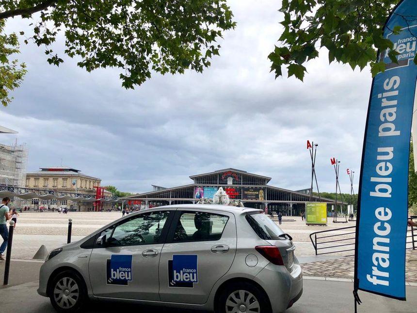 La voiture France Bleu Paris devant la Grande Halle de la Villette