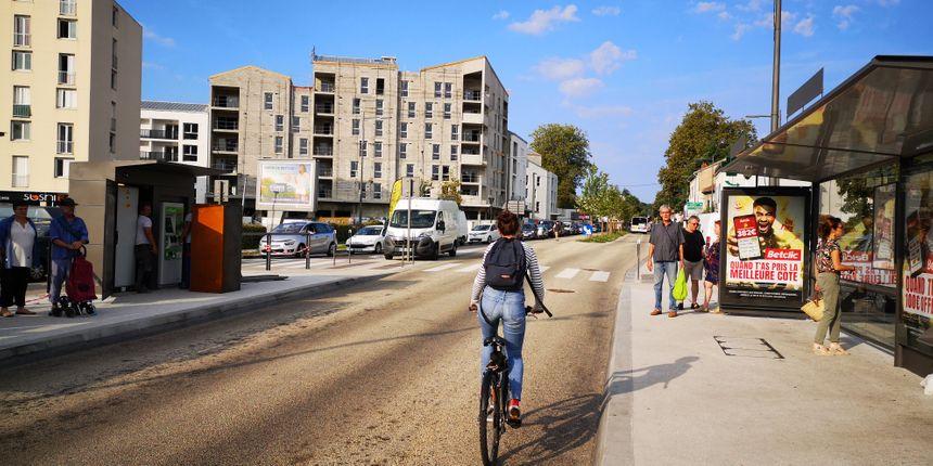 Une cycliste sur la voie des bus à Anglet-Bernain