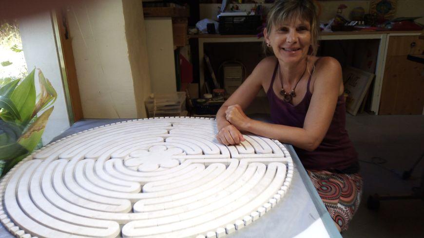 Béatrice Jouanneau expose la maquette en marbre du labyrinthe de la Cathédrale de Chartres