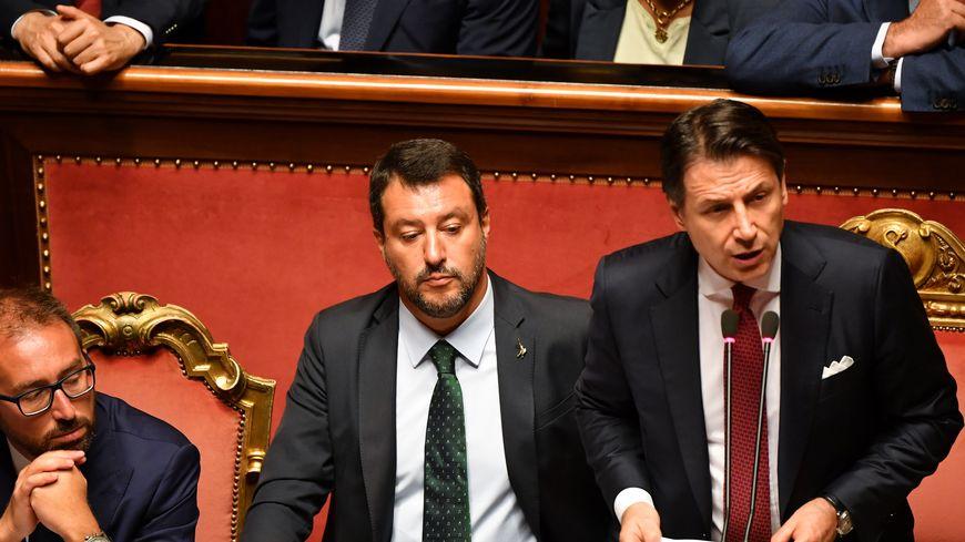 Giuseppe Conte, aux côtés de Matteo Salvini, a annoncé sa démission du poste de premier ministre.