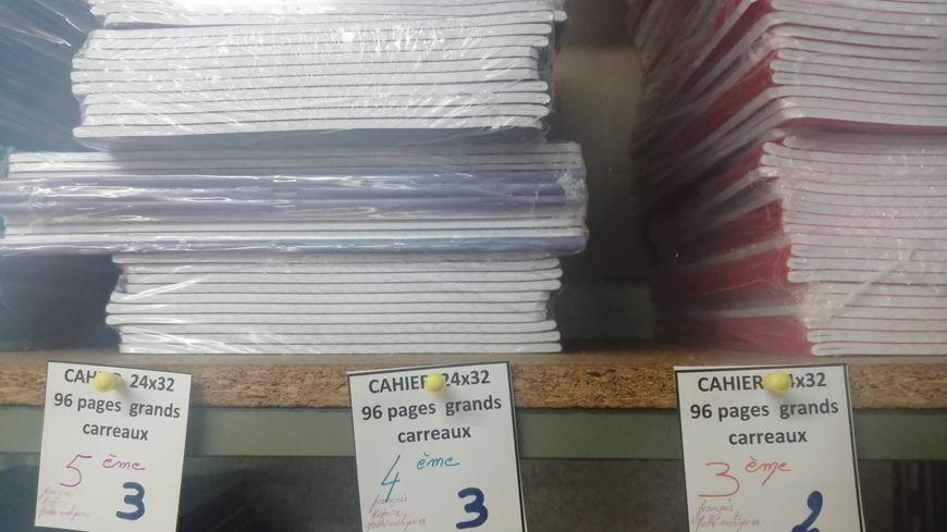 Les cahiers sont rangés par tailles et classes.