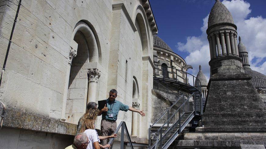 Le guide Christophe Metreau assure une partie des visites des toits de la cathédrale Saint-Front