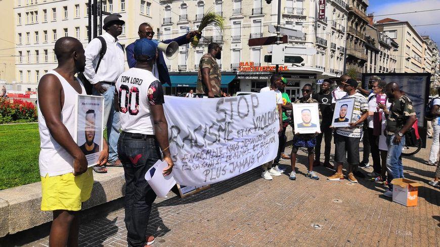 """""""Stop au racisme et à la violence"""" peut-on lire sur la banderole brandie par les marcheurs"""