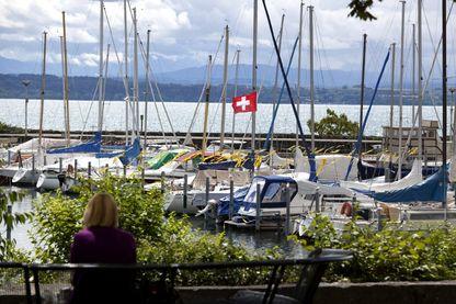 Promenade de l'esplanade Léopold Robert, port de plaisance au bord du lac, ville de Neufchâtel, Suisse