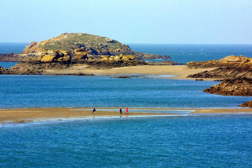 Sur la plage de l'île des Ebihens au large de Saint-Jacut-de-la-Mer (Côtes d'Armor), une retraitée qui pêchait a découvert en février 2001 la carte professionnelle du docteur Godard.
