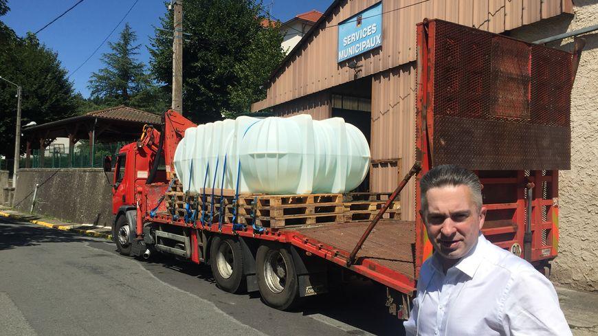 Tony Bernard, le maire de Chateldon, devant le camion citerne
