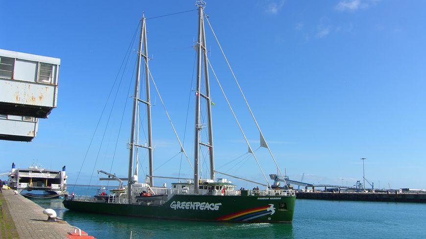 Le Rainbow Warrior lors d'une précédente visite dans le port de Cherbourg.