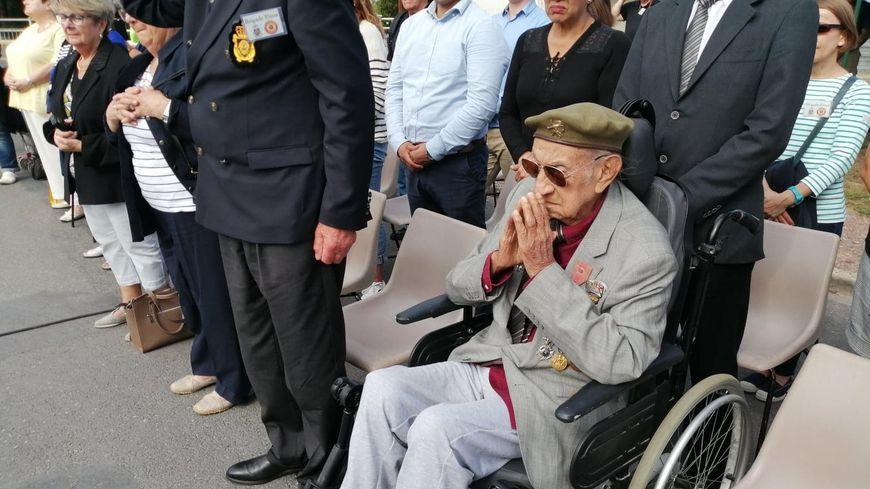 Jorge Sanjinez, 102 ans, assiste avec attention à toutes les commémorations de la libération de la bataille de Normandie