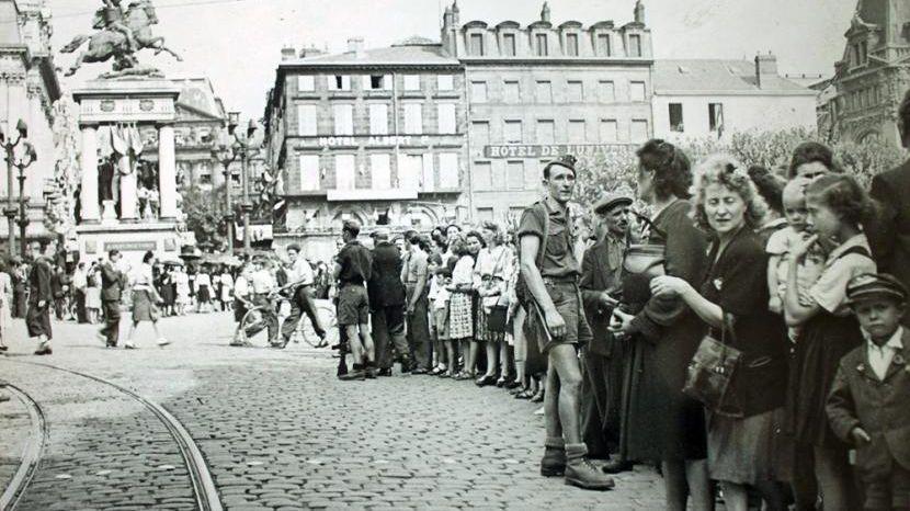 Clermont-Ferrand : scène de liesse le 27 août 1944 sur la place de Jaude