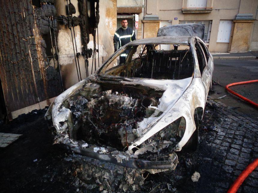 Les incendies visaient des voitures de proches des deux hommes qui se sont battus.