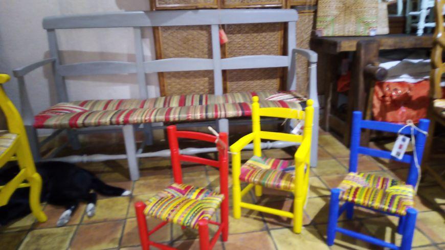 Chaises et radassier rempaillés par Sylvie Clop