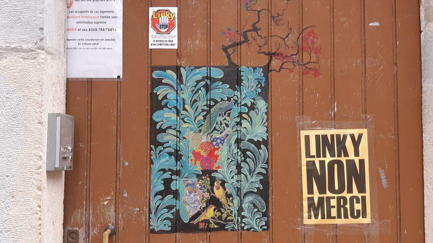 Dans le Gard, des autocollants anti-Linky sur une porte.