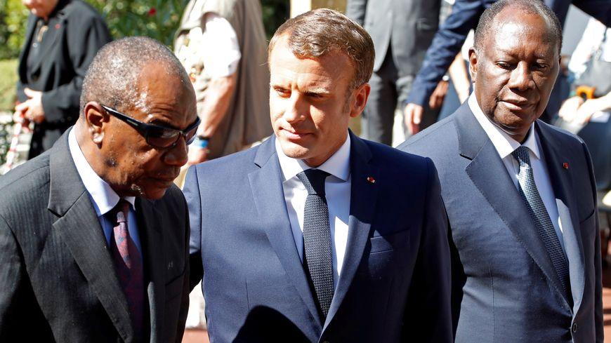 Emmanuel Macron et les présidents guinéen Alpha Condé et ivoirien Alassane Ouattara à la nécropole de Boulouris à Saint-Raphaël.