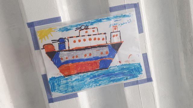 Un dessin affiché dans le conteneur des hommes et réalisé par un enfant à bord de l'Aquarius