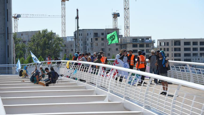 Des militants du mouvement Extinction Rébellion ont empêché la levée du pont Chaban à la mi-temps.