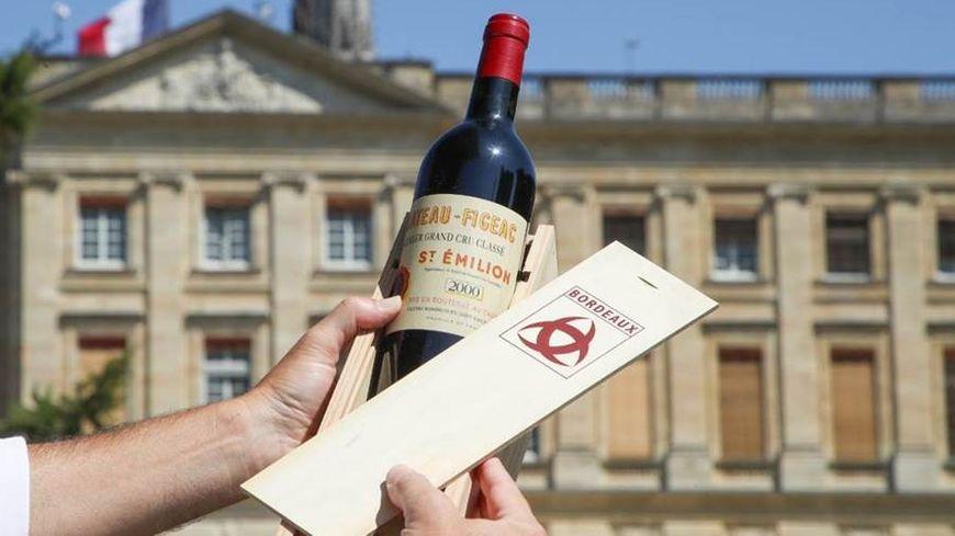 Une bouteille de vin offerte à Donald Trump par le maire de Bordeaux et de Libourne.