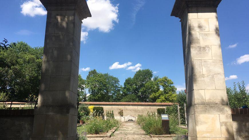L'entrée du jardin clos du Château de Pesselières