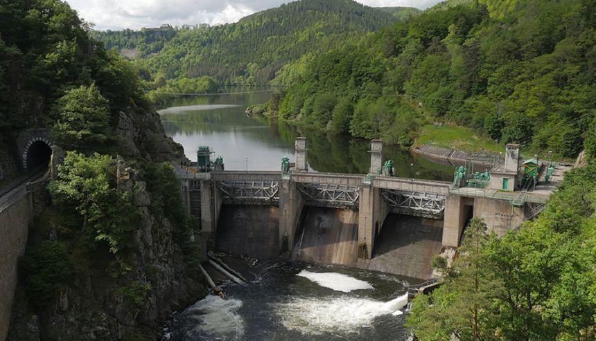 L'ancien barrage de Poutès. Ce sont les trois vannes en métal, au sommet du barrage, qui sont en train d'être démontées