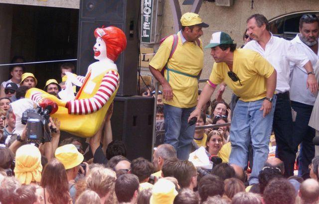 La foule porte la statue du clown McDonald, le 1er juillet 2000 à Millau, à l'issue de la dernière journée du procès pour le démontage du McDo.