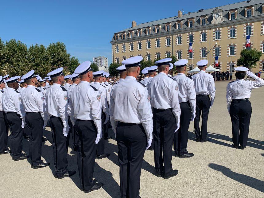 Les gardiens de la paix sortant de l'école de nationale de police à Sens