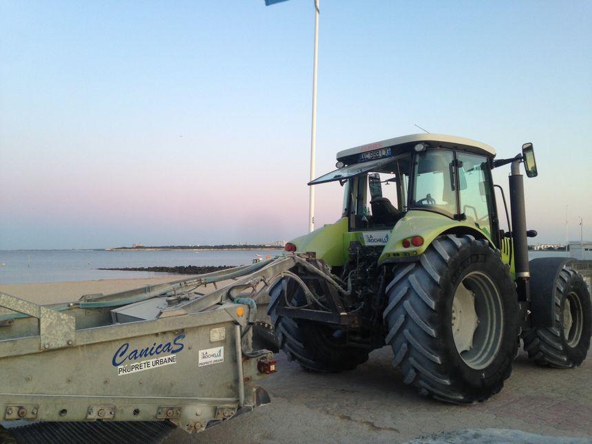 Le tracteur de plage du service de la propreté urbaine