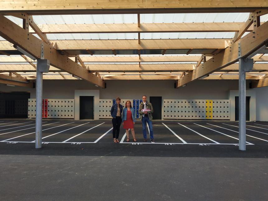 Anne-Laure Trévisant et Céline Cazebon sous le nouveau préau du collège Des 7 fontaines, Andouillé