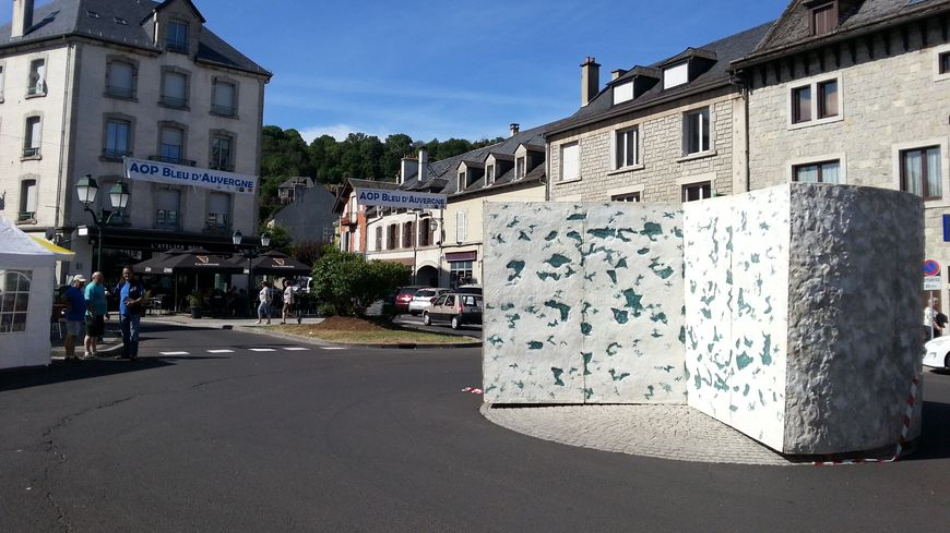 Le roi de la fête: le Bleu d'Auvergne, 2m50 de haut et 5m de diamètre!!