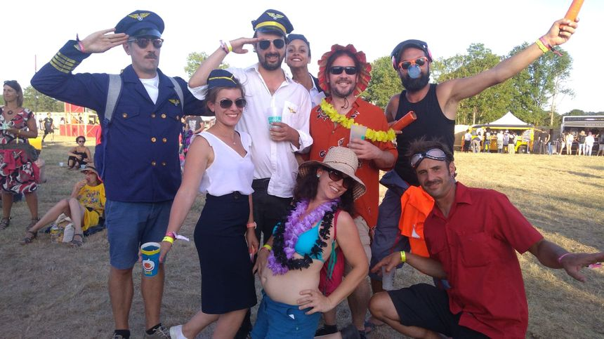 Une partie de ce groupe d'amis de La Rochelle a elle aussi opté pour la tenue de pilote et hôtesse de l'air