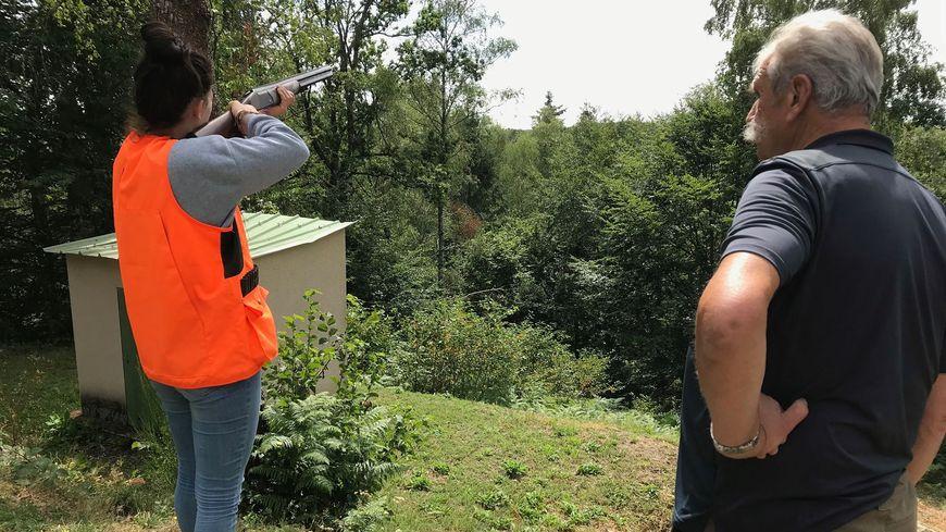 Solène, 16 ans, va passer son permis de chasse. Elle a suivi une formation pratique sous les yeux de Jean-Pierre, vice-président de la Fédération de chasse de la Creuse.