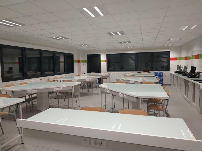 L'une des deux nouvelles classes de physique chimie et SVT au collège Des 7 fontaines, Andouillé