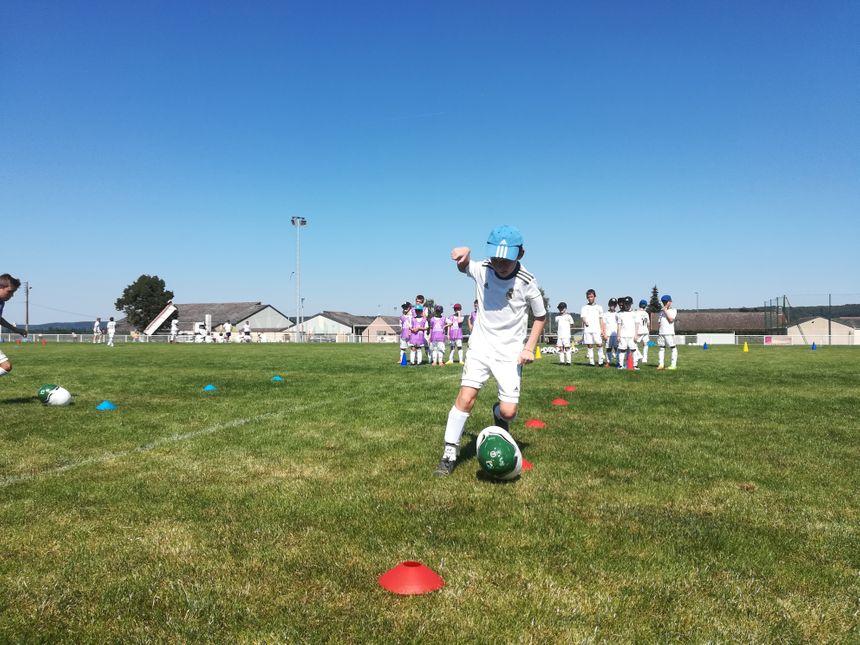 Les jeunes stagiaires jouent même avec des ballons pas ronds du tout