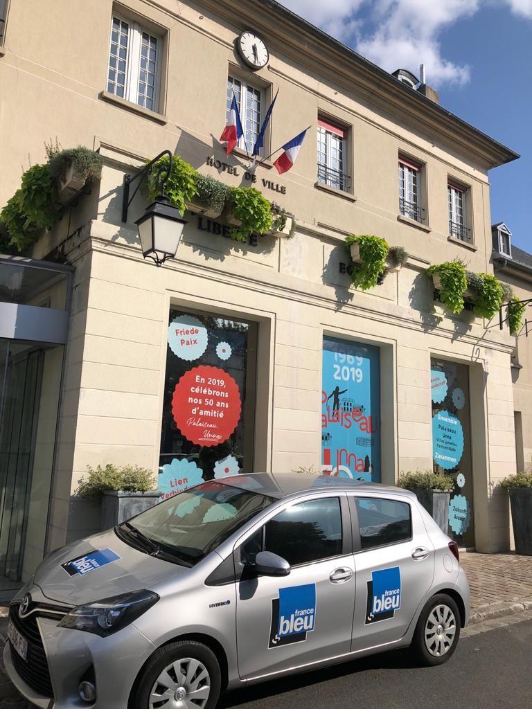 La voiture France Bleu Paris devant la Mairie de Palaiseau