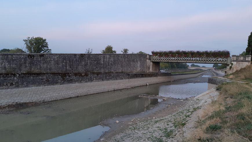 Le niveau du canal de la Loire a beaucoup baissé avec la sécheresse