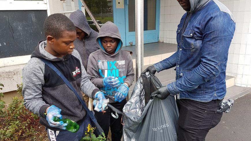 """Des habitants de la cité des Indes, à Sartrouville (Yvelines), ont mis la main à la pâte pour nettoyer leur quartier, et répondre au """"clean challenge"""" des banlieues françaises."""