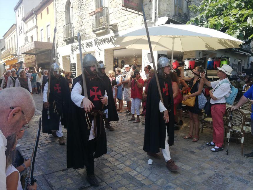 Des chevaliers dans les rues d'Aigues-Mortes pendant la fête de la Saint-Louis