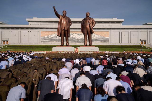 A Pyongyang, les statues de Kim Il Sung et de Kim Jong.