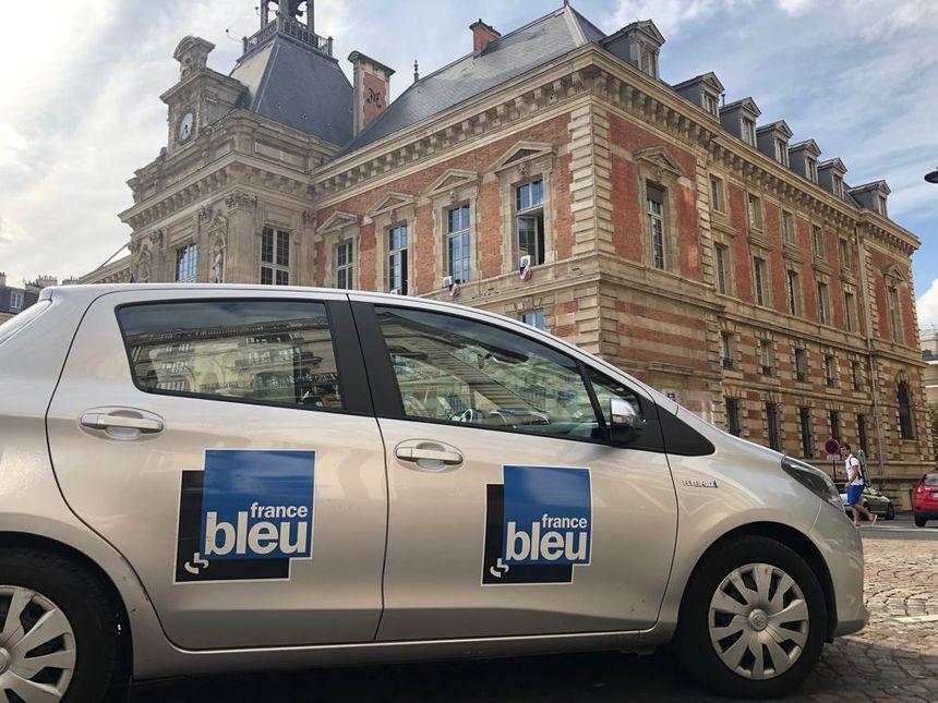 La voiture France Bleu Paris sur le parvis de la Mairie du XIXe arrondissement