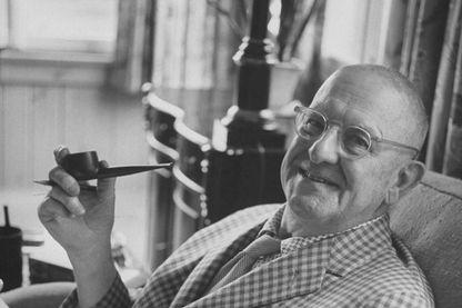 L'auteur humoriste britannique naturalisé citoyen des États-Unis d'Amérique en 1955, P.G. Wodehouse, chez lui, en 1960.