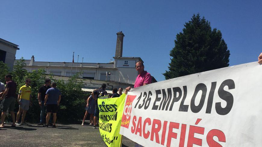 Les salariés réunis devant le site de l'entreprise à Gerzat